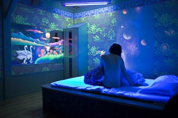 Отделка стен флуоресцентной краской